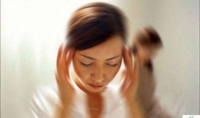 Hoa mắt chóng mặt ù tai khi đứng lên ngồi xuống là dấu hiệu bệnh thiếu máu