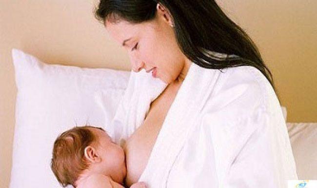 Mẹ bị căng sữa khi cho con bú phải làm sao?