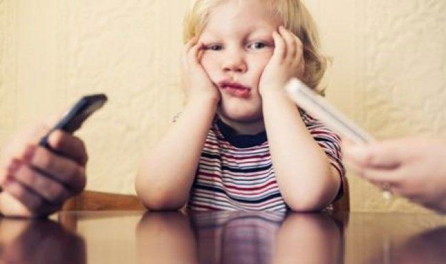 4 thói quen của bố mẹ gây ảnh hưởng xấu đến trẻ cần loại bỏ ngay